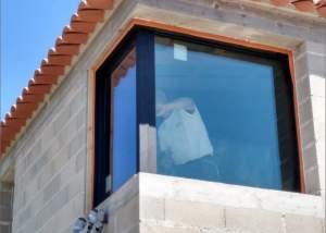 Pose d'une fenêtre en angle dans une maison dans le var